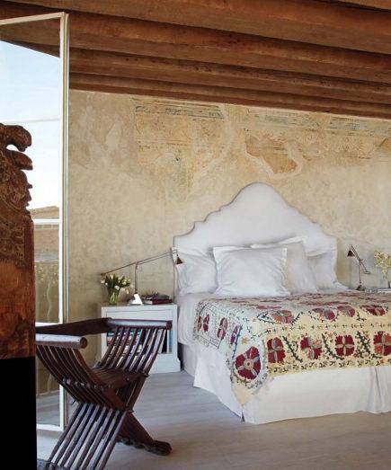 bedroom fresco walls - fresco wall in a Malibu boho bedroom - iladesigns via atticmag