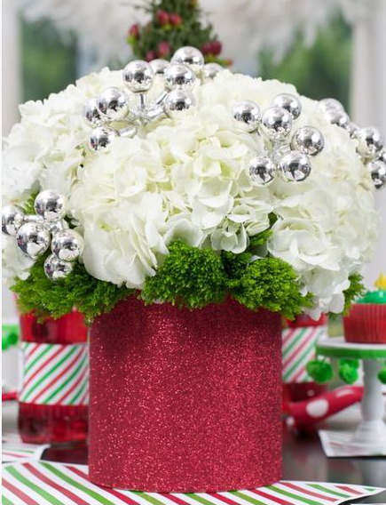 Christmas flowers in a glitter vase - flairdesignery via Atticmag