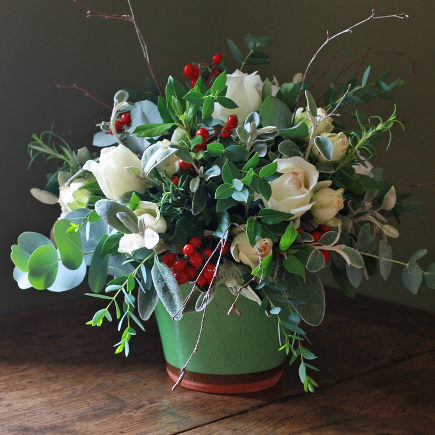 Christmas flowers with green vase and greenery - Offtheshelfblog via Atticmag