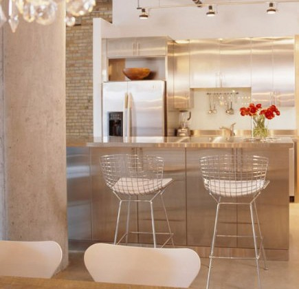 modern bar stools - kitchen with Bertoia bar stools – Lucy Interior Design via Atticmag