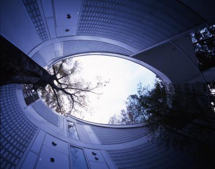 where architects live - home of Shigeru Ban - photo by Hiroyuki Hirai - salone del mobile via Atticmag
