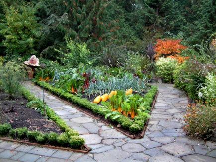 kitchen gardens - kitchen garden with triangular bordered beds - cokuke via Atticmag
