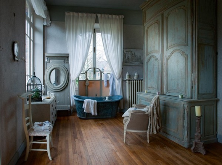 Vintage blue french bath in an updated French manor house - inspiracionline via Atticmag