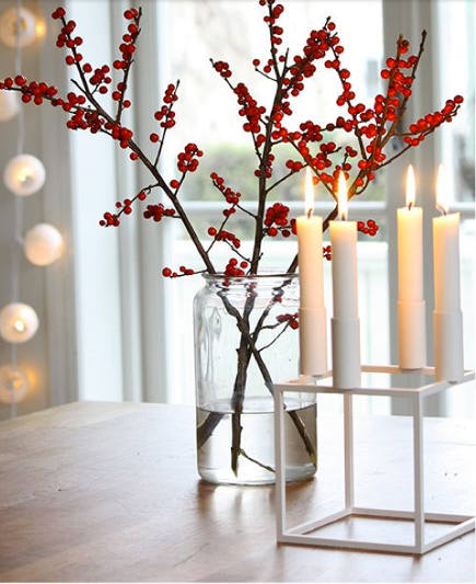 Informal Christmas flowers - berries and candles Scandinavian style - annixen via atticmag
