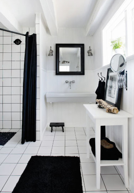 coastal cottage - black and white bath with white tile and black ground in a Danish coastal cottage near Gilleleje - femina.dk via atticmag
