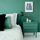 emerald green walls - bedroom with emerald green walls and bedside table contrasting with white-painted floor and bedding - femina.dk via Atticmag