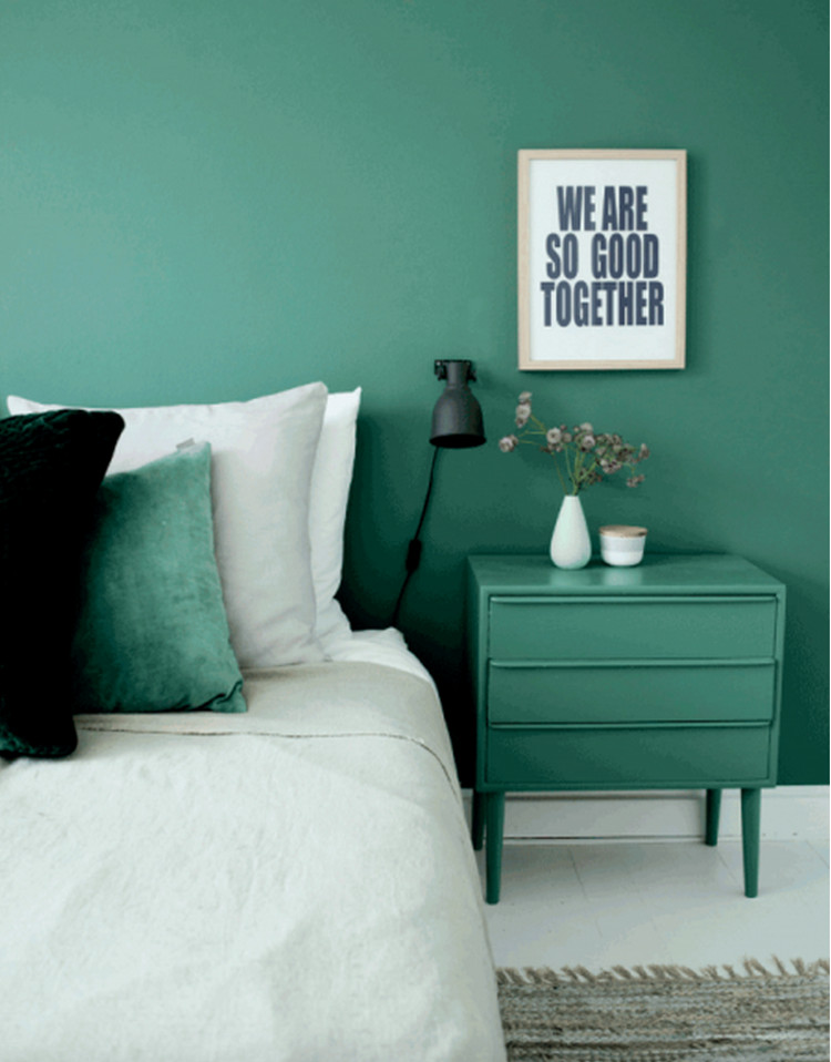 Attrayant Emerald Green Walls   Bedroom With Emerald Green Walls And Bedside Table  Contrasting With White