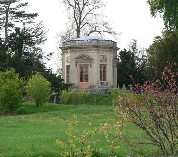 marie antoinette armchair - octagonal Pavillon du Belvédère in the English garden at Le Petit Trianon, Versailles - luisile17.centerblog.net via Atticmag