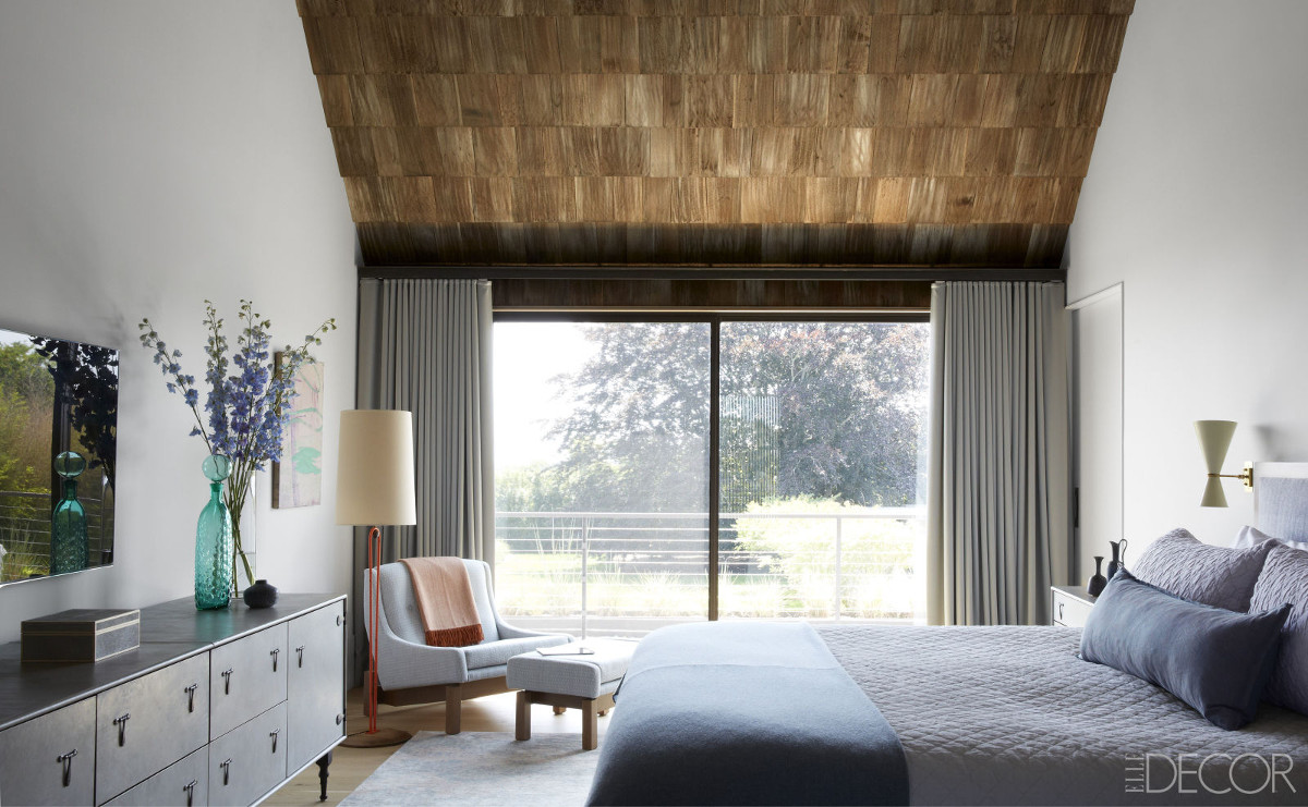 architectural shingles - master bedroom ceiling covered by cedar shingles in a Long Island home by Paul Masi - ElleDécor via Atticmag