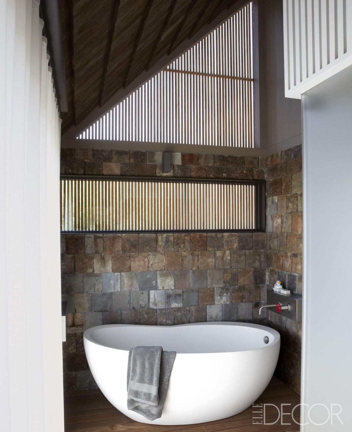 architectural shingles - bathroom ceiling covered by cedar shingles cedar shingles in a Long Island home by Paul Masi - ElleDécor via Atticmag