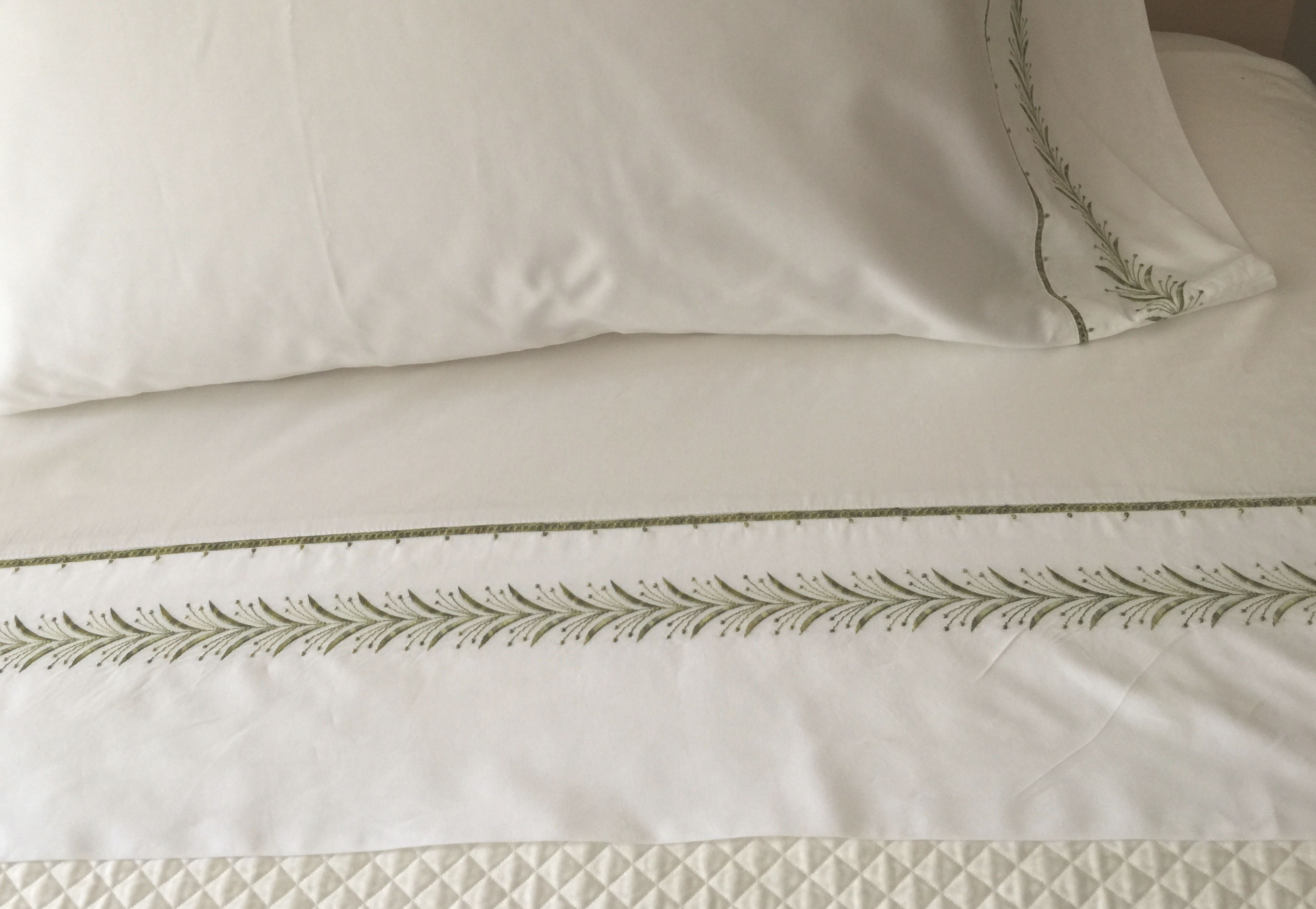 buying bed sheets - perfectlinens.com second skin fern green 400 thread count sateen king bed sheet set look better after washing and ironing - Atticmag
