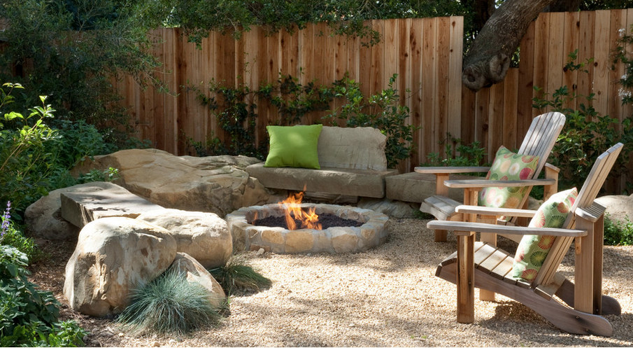 outdoor home décor ideas - Natural stone benches and fire pit in a gravel courtyard - Grace Design via Atticmag