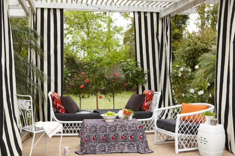 outdoor home décor ideas - pergola with black and white stripes curtains and outdoor furniture - Houzz via Atticmag