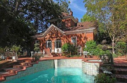 backyard and pool at the Betty Crocker estate, San Diego - Willis Allen Real Estate via Atticmag