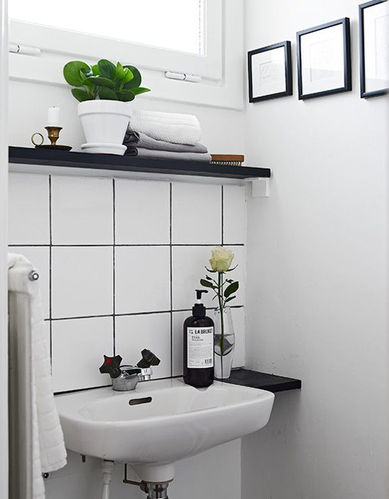 Contrasting Tile And Grout Atticmag - White square tile bathroom