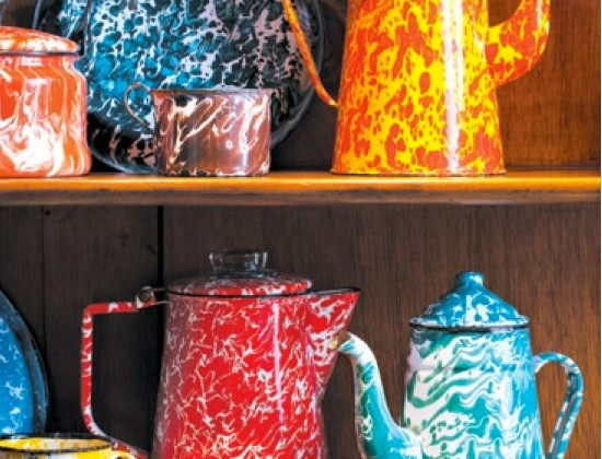 collecting Americana - Ellie Cullman's colorful graniteware - Connecticut Cottages & Gardens via Atticmag
