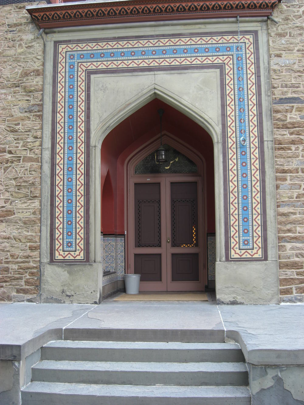 olana - a Moorish arch, inset with tile, frames the mansions front doorway. Stone steps and terrace are blue stone - Atticmag