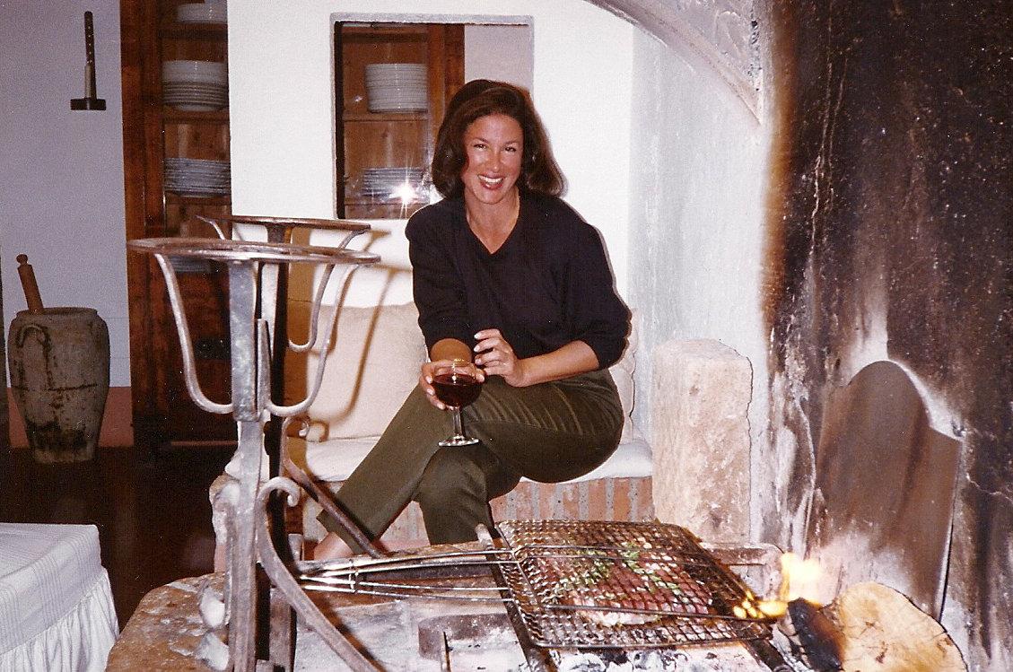Tuscan villa - Jane cooking bistecca in the camino - Atticmag