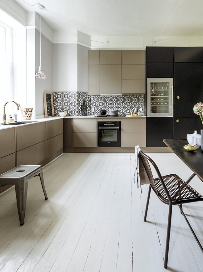 nordic color kitchen - white, taupe and black with white painted floor in a Nordic kitchen - femina.dk via atticmag