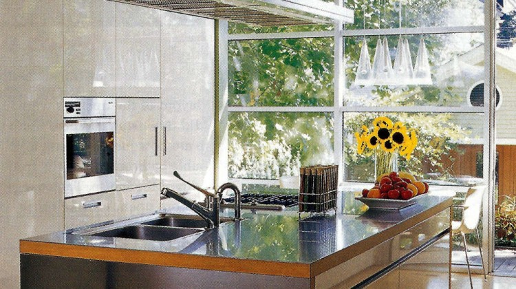 glass wall kitchen - Chicago townhouse kitchen with full glass wall - Met Home via Atticmag