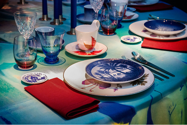 modern Christmas - Cathrine Raben Davidsen's red and blue table with custom cloth - Royal Copenhagen via Atticmag
