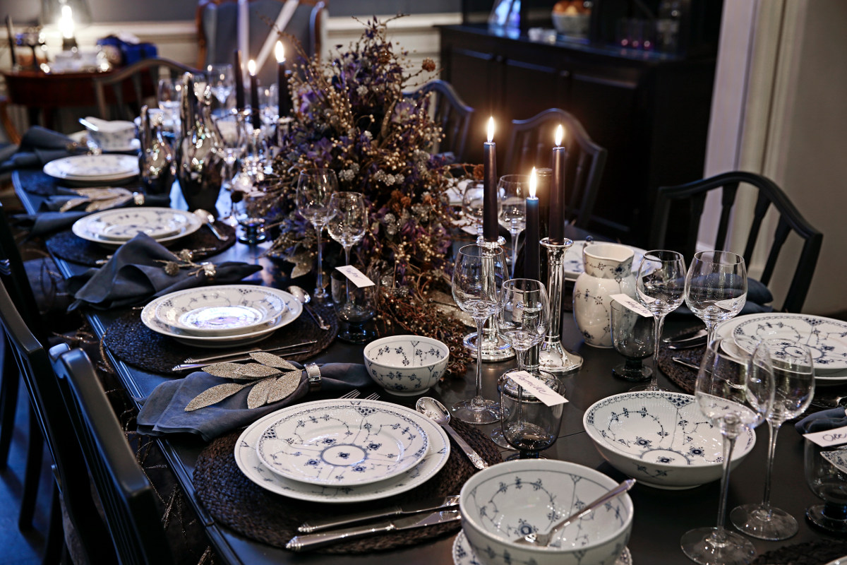 2014 Royal Copenhagen Christmas Seal Tables - Beauty guru Ole Henriksen's spirited Hollywood Christmas table set with Blue Fluted porcelain - Royal Copenhagen via Atticmag