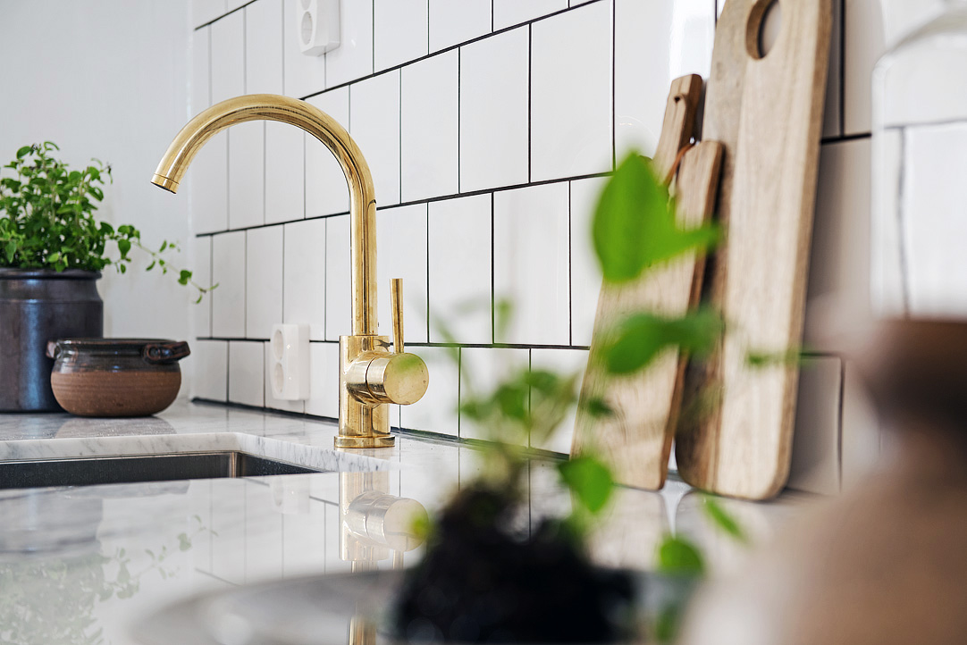 Brass Accent   Modern White And Gray Kitchen With Brass Faucet And Hardware    KuchniAremont Via