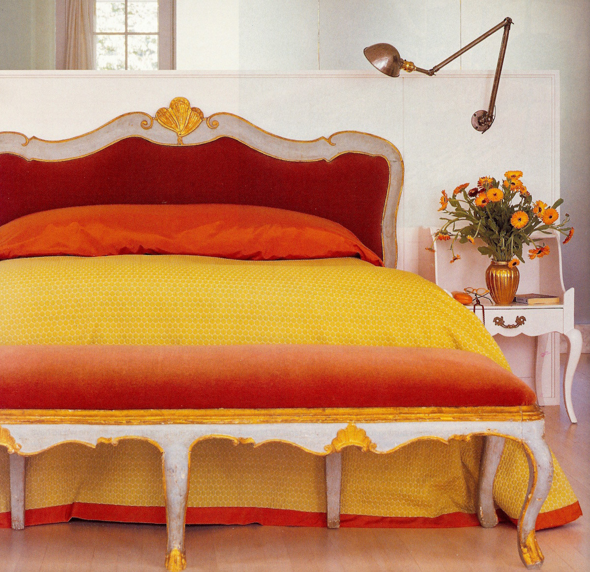 ombré - yellow and orange ombré illusion bedspread, headboard and foot bench in Donghia fabric - ElleDecor via Atticmag