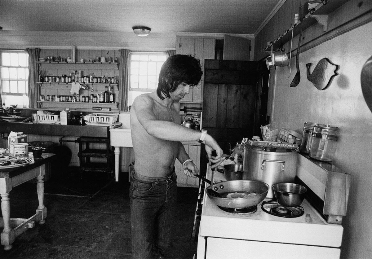 Andy Warhol beach house - Keith Richards cooking eggs for breakfast in the kitchen in 1975 when the Rolling Stones rented the property - Keith Richards via Atticmag