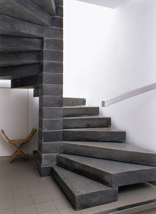 modern staircases - charcoal gray Pierre Paulin fanlike contract staircase in a house in France - ad.ru via Atticmag