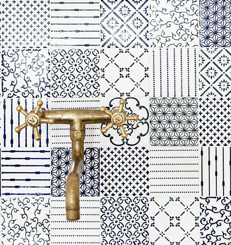blue and white kitchen backsplash with Made a Mano Novecento blue tile in a patchwork pattern - Made a Mano via Atticmag