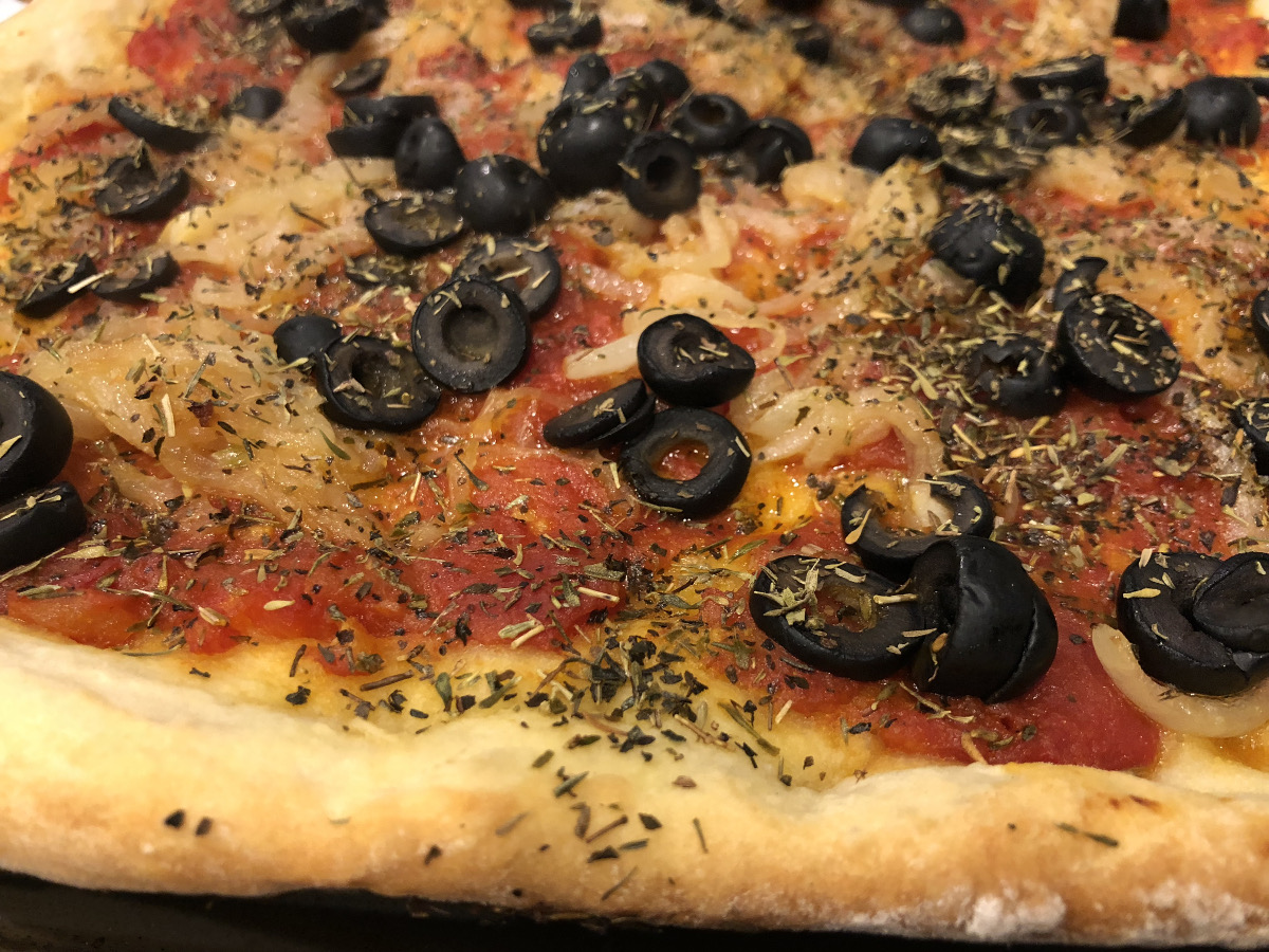 summer pizza - vegan pizza with tomato sauce, onions and olives - Atticmag